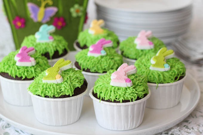 How to decorate cupcakes for Easter // Easy Easter Bunny Cupcakes
