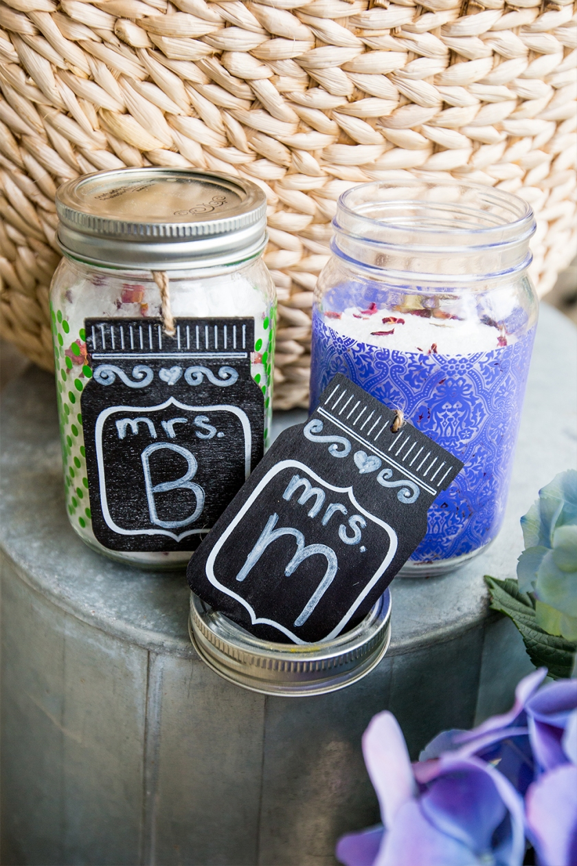 Love this easy gift idea- bath soaking salts with super cute mason jars and gift tags!